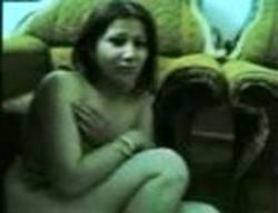 حصرى خايفة تتناك من جوز اختها ومكرمشة فى نفسها والواد يشجعها ويشدها على السرير ويفحتها نياكة